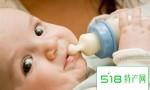 婴儿吐奶,小心牛奶蛋白过敏