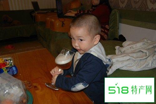 """小孩子喝点酒没所谓?会让他""""变笨"""""""