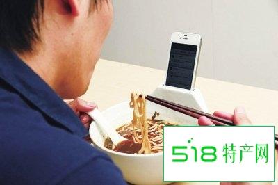 吃饭时刷手机易吃多不利于控制体重