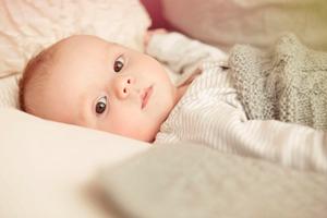 三个月宝宝晚上吃手不吃奶正常吗