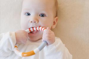 五个月宝宝不认人怎么回事