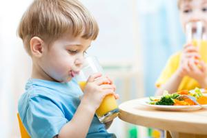 如何引导小班孩子主动喝水