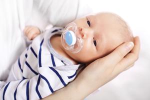 两个月婴儿饿了手冰怎么回事